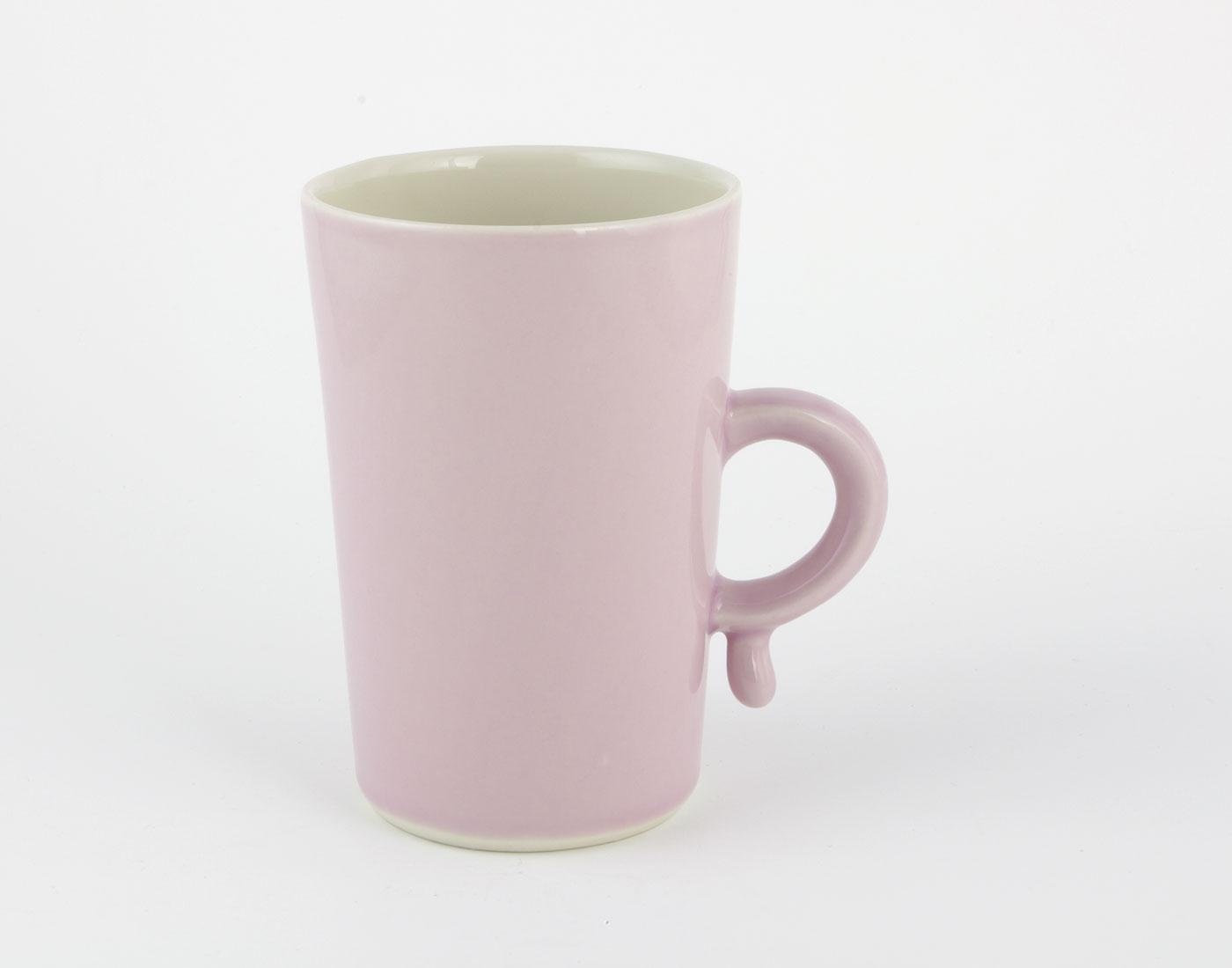 große lila Tasse mit Tropfen