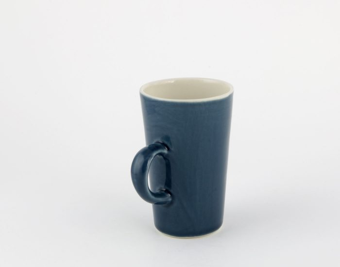 kleine dunkelblaue Tasse