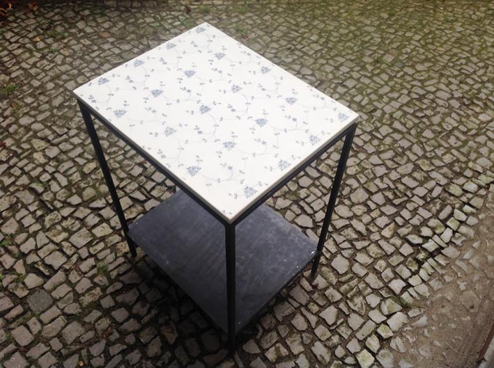 Tisch mit Porzellanplatte